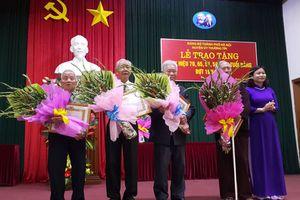 Trao tặng Huy hiệu Đảng đợt 19-5 tại huyện Thường Tín
