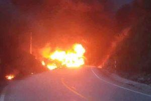 Xe bồn đang lưu thông bất ngờ bốc cháy dữ dội
