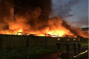 Biển lửa thiêu rụi 3.000 tấn giấy ở Sài Gòn