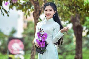 'Hotgirl bánh mướt' xứ Nghệ khoe sắc cùng hoa bằng lăng giữa lòng Thủ đô