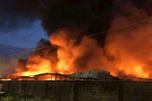 Cháy lớn tại Sài Gòn, 1.500m2 xưởng giấy bị đổ sập trong lửa