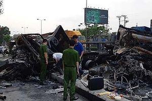 2 xe container phát nổ sau va chạm, 2 người thương vong