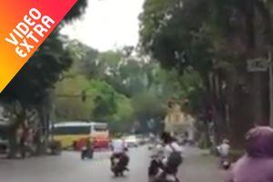 Đôi học sinh té sấp trên đường vì lạng lách đánh võng trên xe