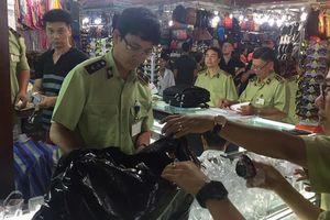 Rầm rộ kiểm tra hàng giả tại chợ Bến Thành