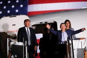 Ông Trump lên tận máy bay đón 3 công dân Mỹ mới được Triều Tiên thả