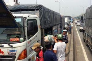 Tai nạn giao thông ngày 10/5: Xe tải tông nhau liên hoàn gần cầu vượt