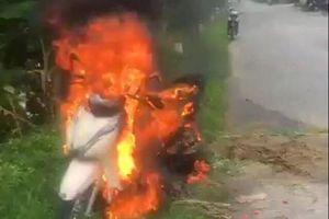 Người phụ nữ hoảng hốt khi xe máy mới mua bốc cháy dữ đội