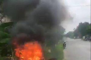 Hoảng hốt xe máy mới mua bỗng cháy ngùn ngụt khi lưu thông