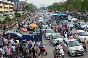 Taxi hoạt động bát nháo, gây ách tắc trước cổng bệnh viện Bạch Mai