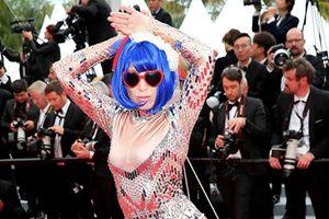 Nữ ca sĩ vô danh làm lố trên thảm đỏ Cannes