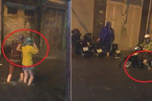 Clip: Dân Thủ đô bì bõm lội nước, dắt xe máy đi bộ qua đường ngập