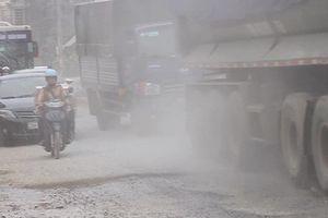Kinh hãi con đường trắng bụi ở HN, dân bên đường không dám mở cửa
