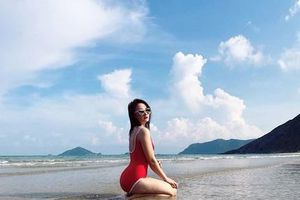 Bảo Thanh diện bikini khoe dáng đồng hồ cát trên bãi biển