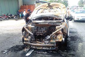 Ô tô bốc cháy trên đường, 2 cha con thoát nạn