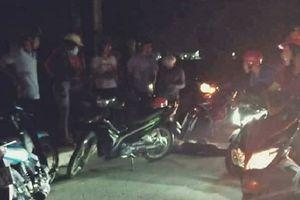 Nam thanh niên nghi bị truy sát, nằm gục bên vệ đường