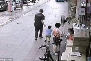 Rùng mình xem kẻ lạ tìm cách bắt cóc trẻ em trên phố
