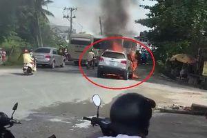 Clip: Ô tô đang đi bỗng cháy dữ dội kèm tiếng nổ ở Vĩnh Long