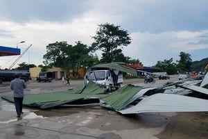 Hà Tĩnh: Lốc cuốn tôn bay phủ kín xe tải đang chạy trên quốc lộ