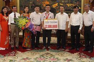 Trao thưởng nóng học sinh nhỏ tuổi nhất đạt HCV Olympic Vật lý châu Á