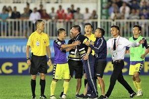 Phản ứng dữ dội với trọng tài trong trận gặp HAGL, thầy trò HLV Chu Đình Nghiêm bị phạt nặng