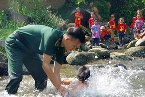 Chiến sỹ biên phòng dạy bơi cho trẻ em đồng bào Mông