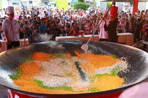 20 đầu bếp cùng thực hiện 'chảo cơm chiên lớn nhất Việt Nam'