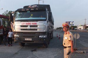 Tài xế và chủ xe tải cố thủ trên xe nhiều giờ khi bị CSGT xử phạt