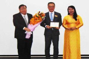 Giáo sư Úc được VN tặng kỷ niệm chương Vì sức khỏe nhân dân