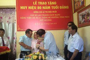 Trao huy hiệu 80 tuổi Đảng cho nguyên Thứ trưởng Bộ Nội thương