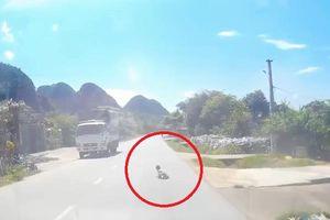 Clip: Em bé vô tư tập bò trên đường quốc lộ khiến tài xế thót tim