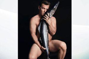 Diễn viên tên tuổi Hollywood tung ảnh khỏa thân với… cá