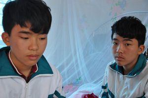 Bố chết, mẹ ung thư di căn, 2 anh em sinh đôi nhường nhau đi học