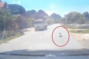 Bố ngủ say sưa để con nhỏ bò ra giữa đường quốc lộ, khiến tài xế 'rớt tim'