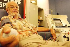 Cụ ông dành 60 năm để hiến máu hiếm cứu 2,4 triệu trẻ em