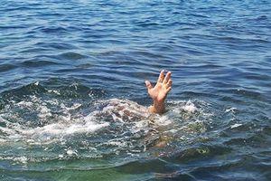Xuống đập bắt ốc, hai học sinh bị nước cuốn trôi