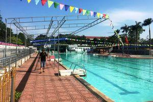 Tắm ở bể bơi, một phụ nữ bị điện giật nhập viện cấp cứu