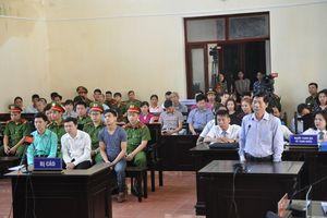 Phiên tòa xét xử bác sĩ Hoàng Công Lương nóng với lời khai 'sinh đôi'