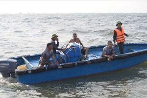 Kịp thời cứu 4 thuyền viên tàu cá bị chìm do sóng to