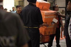 Cận cảnh xe đẩy ùn ùn chở hàng trăm túi xách, vali tiền mặt từ tư gia cựu Thủ tướng Malaysia
