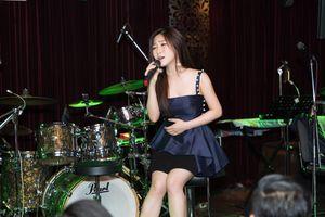 Hương Tràm đẹp rạng rỡ, hạnh phúc đón tuổi 23 trong vòng tay fans