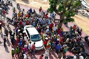 Người dân bao vây đôi nam nữ nghi bắt cóc trẻ em