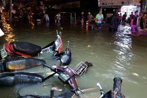 Mưa xối xả: Người Sài Gòn nghẹt thở trong biển nước ngập cao đến yên xe