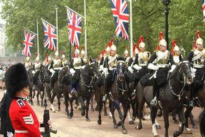 Kỵ binh Anh mũ gươm sáng loáng chuẩn bị đám cưới Hoàng tử Harry