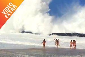 Những con sóng lớn khiến khách du lịch hú vía
