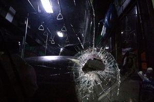 Xe buýt bị ném đá trong đêm, hành khách hoảng loạn