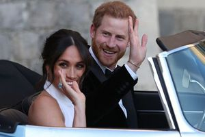 Meghan đeo nhẫn đá quý của mẹ chồng quá cố trong tiệc cưới