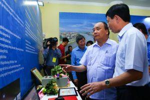 Thủ tướng thăm gian hàng trưng bày sản phẩm 'Tự hào Trí tuệ lao động Việt Nam khu vực đồng bằng sông Hồng'