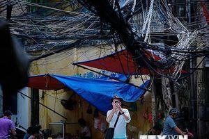 'Rác trời' và nguy cơ gãy đổ cột điện trong mùa nắng nóng ở Hà Nội