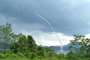 Vòi rồng khổng lồ cao trăm mét bất ngờ xuất hiện giữa lòng hồ thủy điện Rào Quán
