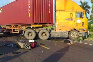 Va chạm với ôtô đầu kéo container, 2 vợ chồng đi xe máy tử vong